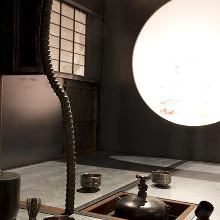 鉄茶室徹亭(茶道口から)  2013  写真提供:川崎市岡本太郎美術館