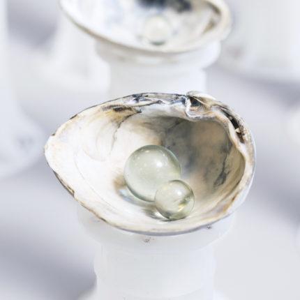 《水とダイヤモンドのパラドックス(The diamond and water paradox)》貝、ガラス玉、水、支柱、サイズ可変